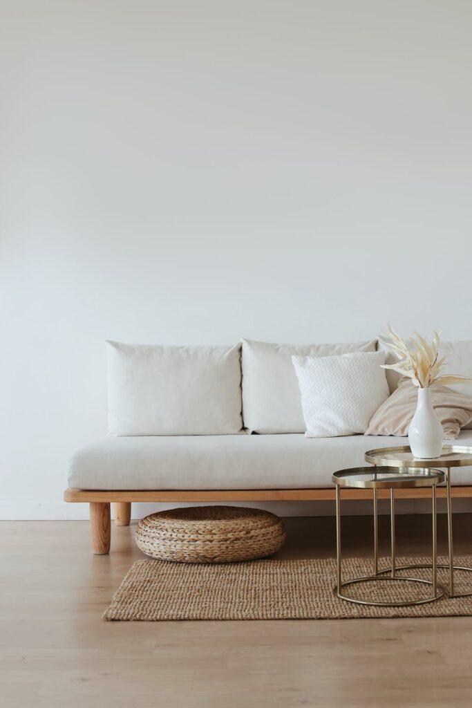weißes Futon Sofa mit 3 runden Glastischen