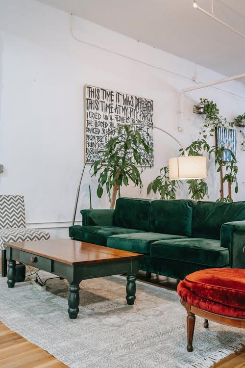 Wohnzimmer mit Couchtisch und grünem Sofa